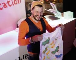 """Live-Entertainment: Im Rahmen der Eventreihe """"Malibu Karibische Neon-Party"""" wurden Malibu Shirts, Blumenketten und Neon LED-Gläser unter das Partyvolk gebracht."""