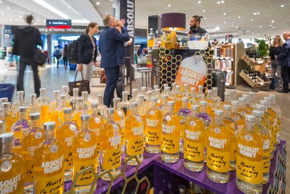 """Verkostungen in der """"Golden Hour"""" vor dem Abflug lohnen sich für Pernod Ricard und andere Spirituosen-Anbieter: Im Schnitt kaufen 70% der Kunden ein Produkt, wenn sie es probiert haben."""