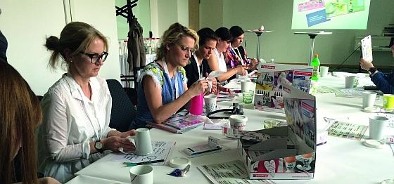 """Do it yourself: Auf der Blogger-Konferenz """"The Hive 2015"""" in Berlin konnten Blogger ihre eigenen Tassen und Kaffeedosen gestalten."""